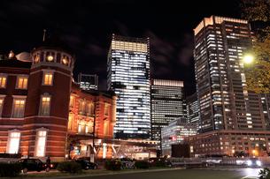 東京駅丸の内口の夜景の写真素材 [FYI01751243]