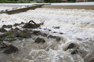 自然災害イメージ 台風で増水した河川の写真素材 [FYI01751394]