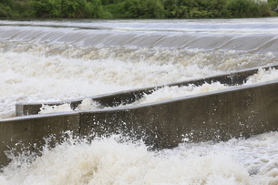 自然災害イメージ 台風で増水した河川の写真素材 [FYI01751517]