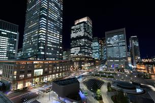 東京駅丸の内駅前広場の夜景の写真素材 [FYI01751573]