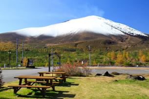 浅間六里ヶ原休憩所と浅間山の写真素材 [FYI01751607]