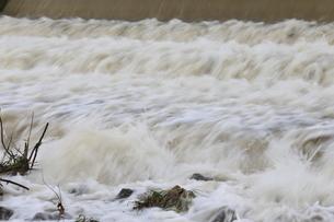 自然災害イメージ 台風で増水した河川の写真素材 [FYI01751704]