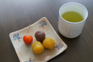お茶と和菓子の写真素材 [FYI01751721]