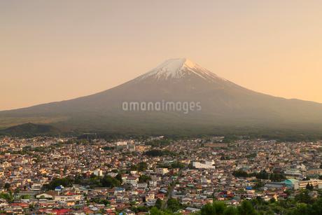 富士山と富士吉田の街並みの写真素材 [FYI01751911]