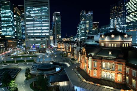 東京駅丸の内駅前広場の夜景の写真素材 [FYI01751937]