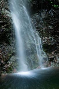 滝壺へ流れ落ちる滝の写真素材 [FYI01752148]