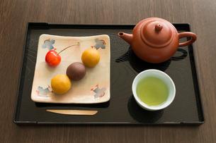 お茶と和菓子の写真素材 [FYI01752342]