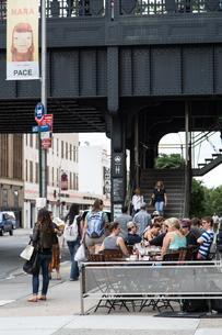 アメリカ ニューヨーク ハイライン下のカフェの写真素材 [FYI01752368]