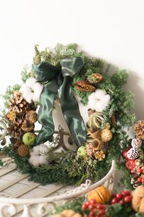 ナチュラルなクリスマスリースの写真素材 [FYI01752429]