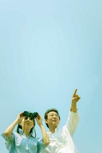 バードウォッチングを楽しむシニア夫婦の写真素材 [FYI01752455]