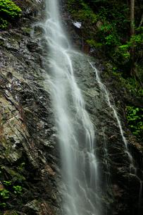 岩肌を流れ落ちる滝の写真素材 [FYI01752476]