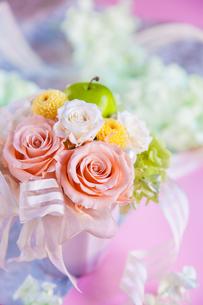 バラとポンポン菊のギフトアレンジの写真素材 [FYI01752555]