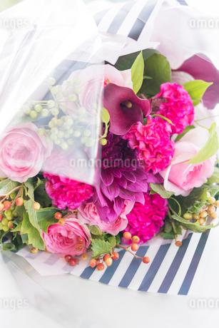 ピンクのバラとカラーの花束の写真素材 [FYI01752571]