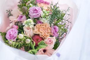 紫のバラとカーネーションの花束の写真素材 [FYI01752612]