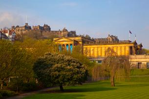 スコットランド国立美術館とエディンバラ城の写真素材 [FYI01752622]