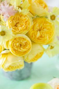 黄色のバラのアレンジの写真素材 [FYI01752624]