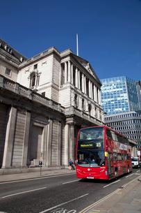 シティーのイングランド銀行と赤いバスの写真素材 [FYI01752631]