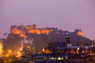 カールトン・ヒルから見たエディンバラ城の夕景の写真素材 [FYI01752673]