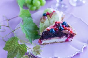 白いお皿にのせたフルーツケーキの写真素材 [FYI01752783]