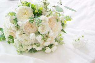 白いバラとグリーンのブーケの写真素材 [FYI01752799]