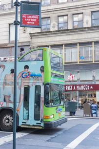 アメリカ ニューヨーク マンハッタンを走るバスの写真素材 [FYI01752831]