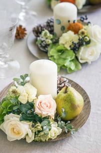 洋梨とバラとキャンドルの写真素材 [FYI01752895]
