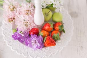 皿の上に置いたストックとイチゴの写真素材 [FYI01752899]