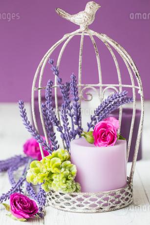 花とキャンドルのゲージアレンジメントの写真素材 [FYI01752958]