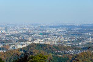 高尾山の紅葉と東京都心遠景の写真素材 [FYI01752971]