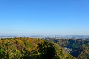 高尾山の紅葉と東京都心遠景の写真素材 [FYI01753009]