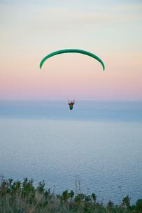 パラグライダーと海の写真素材 [FYI01753021]