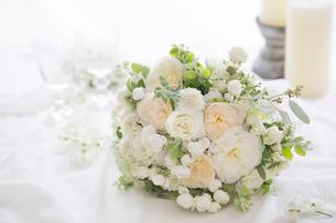 バラとスカビオサのホワイトブーケの写真素材 [FYI01753044]