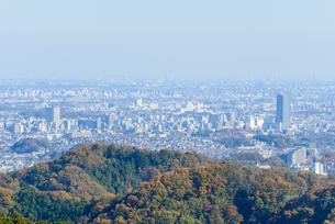 高尾山の紅葉と東京都心遠景の写真素材 [FYI01753081]