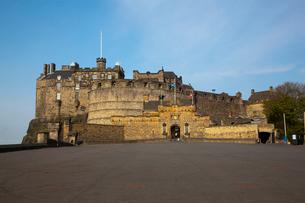 エディンバラ城の城門方面の写真素材 [FYI01753107]