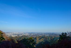 高尾山の紅葉と東京都心遠景の写真素材 [FYI01753153]