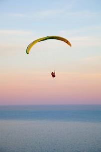 パラグライダーと海の写真素材 [FYI01753220]