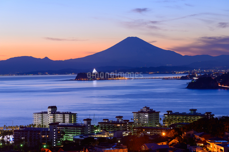 江ノ島と富士山 トワイライトタイムの写真素材 [FYI01753232]