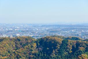 高尾山の紅葉と東京都心遠景の写真素材 [FYI01753236]