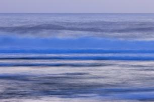 夜明け前の海の写真素材 [FYI01753460]