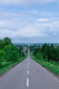 知床斜里の天に続く道の写真素材 [FYI01753509]