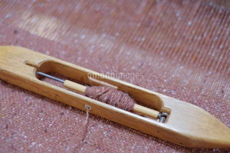 ウールの手織り布と杼(ひ)の写真素材 [FYI01753896]