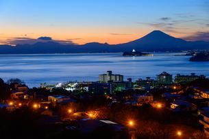 江ノ島と富士山 トワイライトタイムの写真素材 [FYI01754022]
