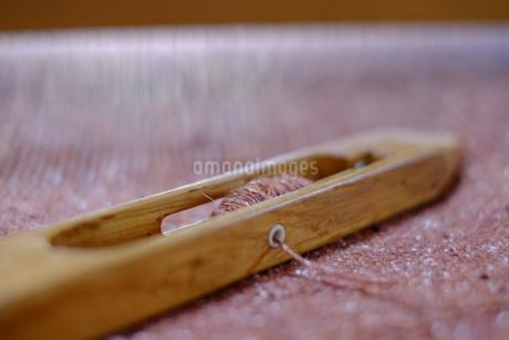 ウールの手織り布と杼(ひ)の写真素材 [FYI01754121]