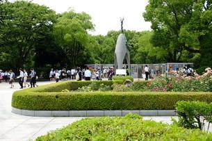 沢山の人が訪れる原爆の子の像の写真素材 [FYI01754225]