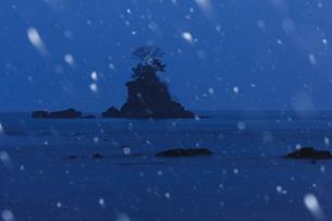 雪降る雨晴海岸の写真素材 [FYI01754289]