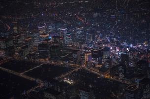 東京駅周辺の夜景空撮の写真素材 [FYI01754993]