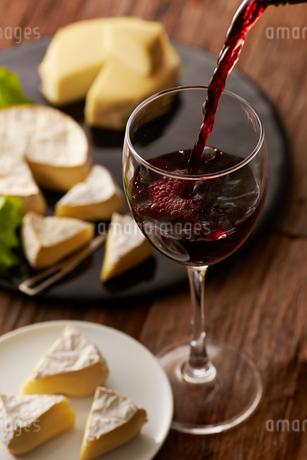 赤ワインとカマンベールチーズの写真素材 [FYI01754997]