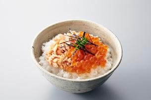 鮭の親子丼の写真素材 [FYI01755014]