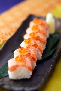 鮭の親子寿司の写真素材 [FYI01755093]