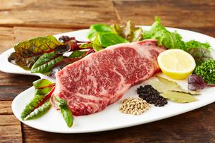 黒毛和牛と無農薬野菜の写真素材 [FYI01755149]